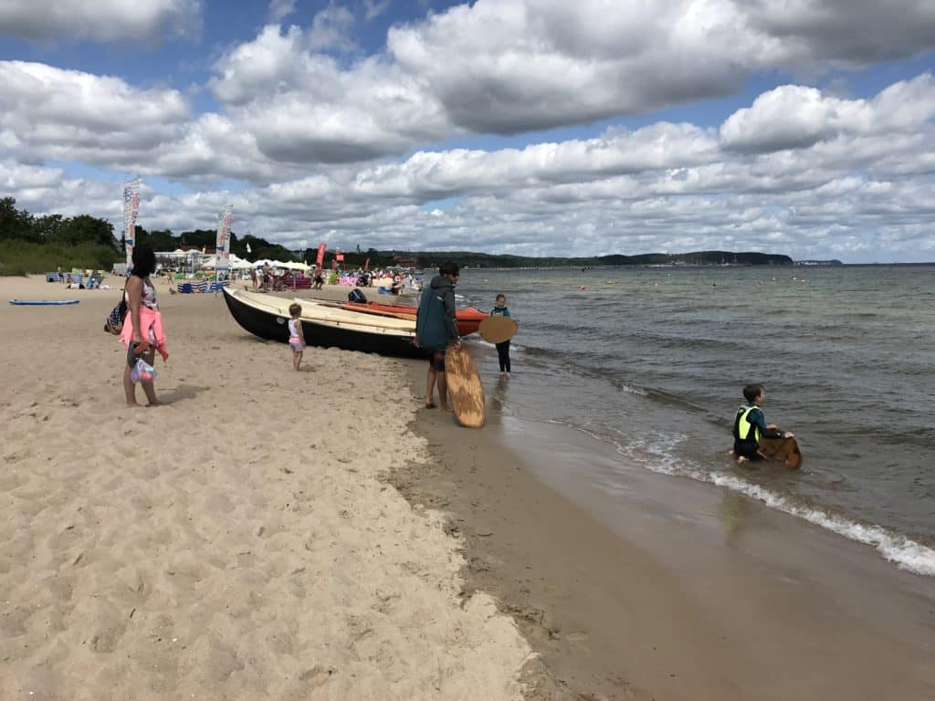 На пляже можно взять уроки винд-серфинга