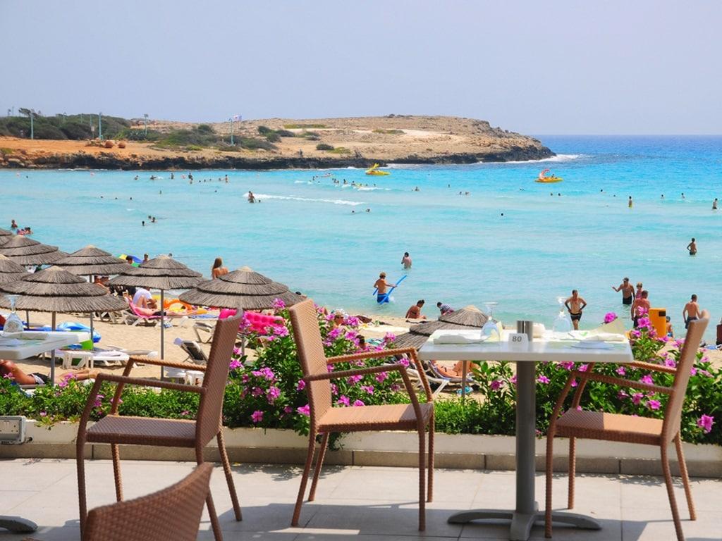 Столики на пляже Нисси Бич